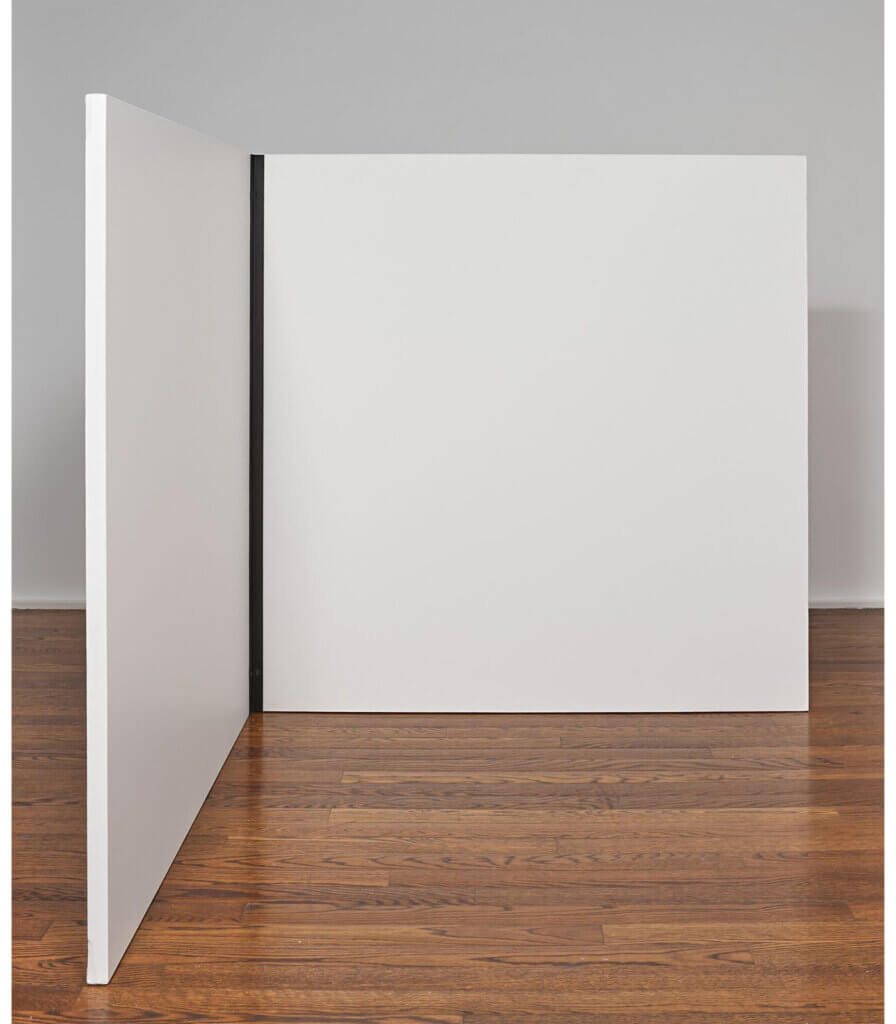 Seule droite (cornière métallique) passant dans 2 carrés (toiles) ayant un de leurs côtés en contact (Single straight line (metal angle iron) passing through 2 squares (canvases) having one of their sides in contact)